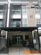 ขายทาวน์โฮม 3 ชั้น บ้านกลางเมือง โชคชัย 4 ซอย 50  ทิศใต้ 3 ห้องนอน 3 ห้องน้ำ