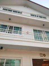 ขายด่วน บ้านสวย 3 ชั้น สีขาว สไตส์โฮมอ๊อฟฟิส ติดเซ็นทรัลอิสวิลเรียบทางด่วน เพียง 60 เมตร โทร 092-7822994