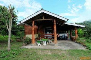 บ้านเดี่ยว 1 ชั้น มีเนื้อที่ 1 ไร่ 3 งาน 72 ตารางวา รอมรอบด้วยสวนผลไม้ เช่น เงาะ มะม่วง ฯ