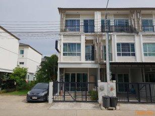 ขายทาวน์โฮม 3 ชั้น หลังมุม จอดในบ้าน 1 คัน ด้านข้างมีพื้นที่จอดรถได้ 1-2 คัน