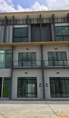 โฮมออฟฟิศ 3 ชั้น ติดถนนซอยพัฒนาการ 44 สภาพดี สามารถค้าขายได้ การคมนาคมสะดวก ตัวอาคารแวดล้อมด้วยหมู่บ้านอยู่อาศัยกว่า 3,000 ครัวเรือน