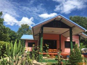 ขายด่วน บ้านพร้อมที่ดิน บ้านปูนชั้นเดียว เนื้อที่1ไร่ สามารถปลูกบ้านได้เพิ่มอีก1หลัง ติดถนน