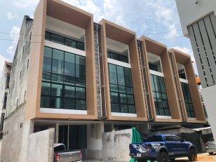 ขายอาคารพาณิชย์ใหม่ 4.5 ชั้น 4 คูหาทำเลดี  ในซอยสุขุมวิท 49  (ซอยหมู่บ้านเฉลียงจันทร์ /คลองตันเหนือ) ต้องการขายด่วนที่สุด