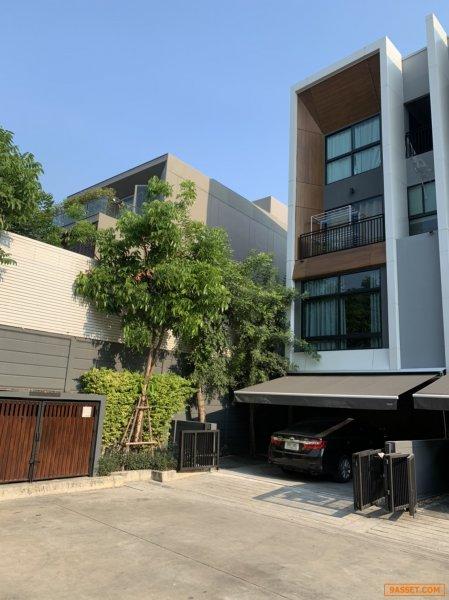 ขาย บ้านทาวน์โฮมส์ 3.5 ชั้น หลังมุม สไตล์โมเดิร์นร่วมสมัยแบบเพ้นเฮ้าส์ออนกราวด์  อาร์เด้น พัฒนาการ 20  หันหน้าทิศเหนือ( Arden Pattanakarn ) 