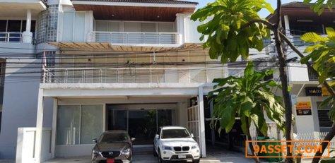 ขายบ้าน โฮมออฟฟิศ หมู่บ้านทาวน์อินทาวน์ ตกแต่งใหม่อย่างดี 3ชั้น พร้อมลิฟท์ที่จอดรถอัตโนมัติ 3 ตัว 57 ตรว โท 0863212561
