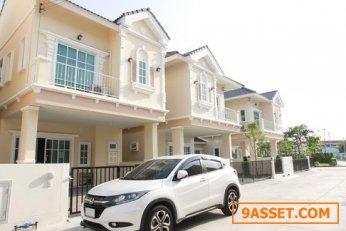 ขายบ้านทาวน์โฮม โครงการ Diya Village Chonburi โดดเด่นด้วยการดีไซน์หรูหรา และคลาสสิค อยู่ซอยเพชรบ้านสวน อำเภอเมืองชลบุรี