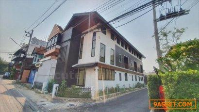 ขายอาคารที่พักอาศัย ใจกลางเมืองเชียงใหม่ ตั้งอยู่ทำเลทอง ในคูเมือง เป็นอาคารสร้างใหม่ 2 ชั้นครึ่ง